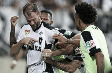 Zagueiro Carli renova contrato com Botafogo até 2020
