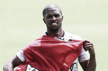 Atlético-MG e Coritiba negociam empréstimo do lateral Carlos César