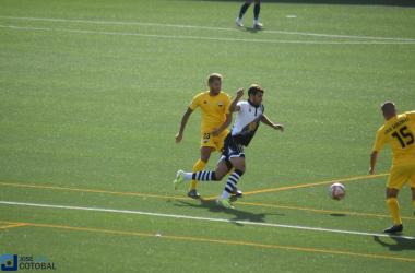 Carlos de la Nava intenta irse de un rival. Foto: José Luis Cotobal