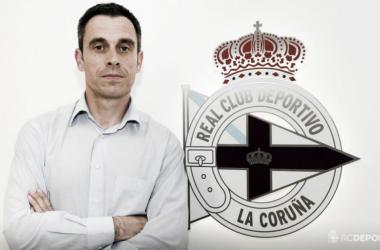 Carmelo posando al lado del escudo | Fotografía: Deportivo de la Coruña