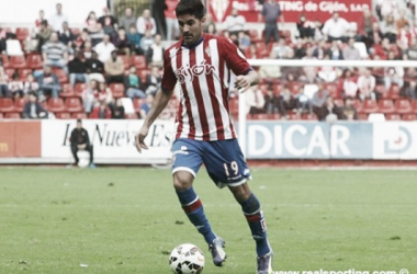 Carmona conduce la pelota. Fuente: realsporting.com