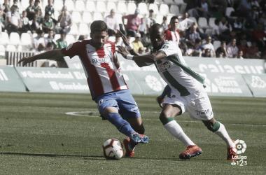 Carmona protega un balón ante un jugador del Córdoba | Imagen: LaLiga