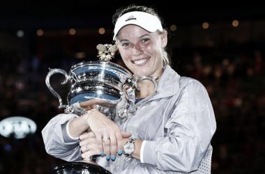 Caroline Wozniacki posa con el trofeo de campeona del Open de Australia 2018. Foto: zimbio.com