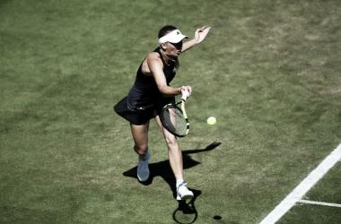 Wozniacki supera con autoridad a Barty en Eastbourne