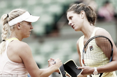 Caroline Wozniacki and Julia Goerges shake hands after their meeting at the 2015 French Open in Paris/Photo courtesy: Daily Mail/Ella Ling