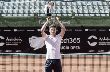 Pablo Carreño con el trofeo del Andalucía Open. (Fuente: Twitter @AndaluciaOpen)