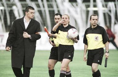 Carolian Doménech dialoga tras un partido disputado en el que ella misma arbitró | Fotografía: LaLiga