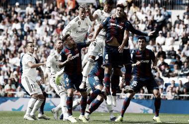 Casemiro remata uno de los balones que se fueron al larguero/ Foto: Real Madrid