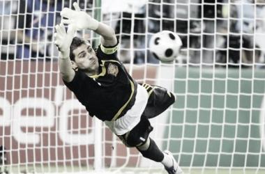 Iker Casillas.tirándose para parar el balón Fuente: Vavel