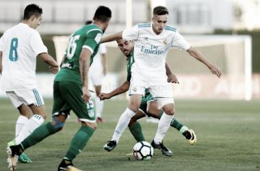 Los jugadores el Leganés intenta robar un balón al joven del Castilla I Foto: Real Madrid
