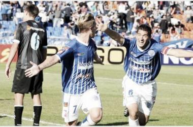 Castillón (7) festeja su gol con Sánchez (6) aquella tarde soñada (Foto: Télam)