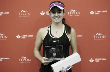 Catherine Bellis poses with the winner's trophy after defeatingJesika Maleckova in the final of the 2016 Tevlin Challenger. | Photo: Max Gao