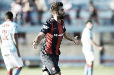 Cauteruccio festeja uno de los goles de su hat-trick | Foto: Olé