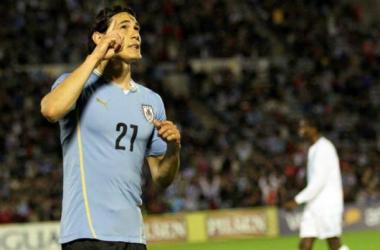Edinson Cavani, festejando uno de sus dos goles de la noche (Fuente:)
