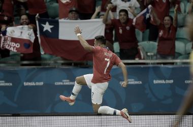 Com polêmica do VAR, Chile vence Equador e se garante nas quartas