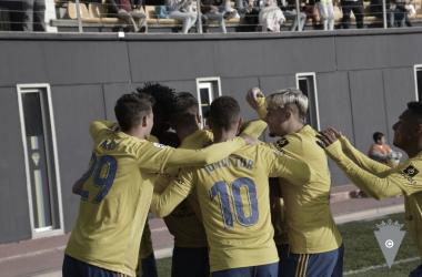 Los futbolistas del Cádiz se abrazan / Foto: cadizcf.com