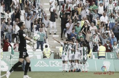 La plantilla blanquiverde celebra un gol con la afición (FOTO: LaLiga 123)