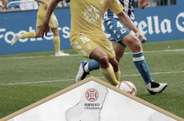 Zelu protegiendo el esférico ante un defensor del RC Deportivo de la Coruña// Foto: CD Badajoz