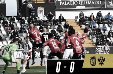 Gorka Santamaría remata el balón durante la primera parte//Foto: CD Badajoz