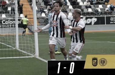 Alex Corredera y Tomás Sánchez celebrando el gol de penalti del CD Badajoz//Foto: CD Badajoz