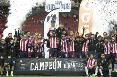 Chivas se alza con el trofeo. (Foto: Univisión)