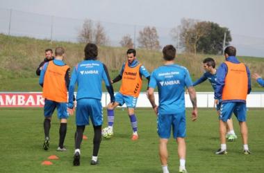 David Torres controla un balón en un entrenamiento | Fotografía: Deportivo Alavés