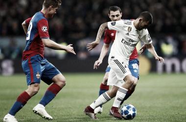 Dani Ceballos entre dos futbolistas rusos en un reflejo de lo que fue el cerrojo moscovita I Foto: Real Madrid