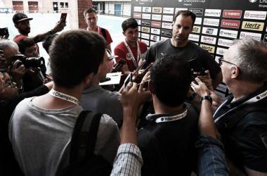 Cech atiende a los medios de comunicación | Fotografía: Arsenal