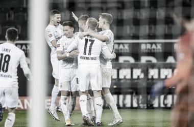Los jugadores del Gladbach en plena celebración del tanto de Nico Elvedi / Foto: @borussia