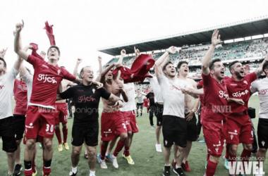 El Real Sporting celebra el ascenso en Sevilla en el año 2015 // Imagen: VAVEL