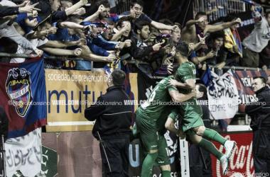 Celebración del primer gol del Levante frente al Eibar con la afición. Foto: Ricardo Larreina   VAVEL.