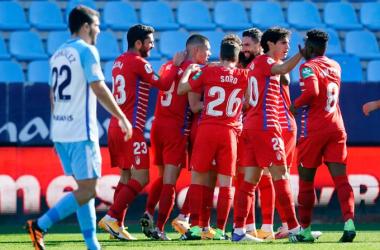 Los jugadores del Granada CF celebran el gol de Vico en La Rosaleda | Foto: Granada CF