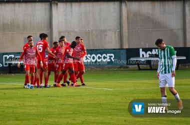 Jugadores del Recreativo Granada celebran uno de sus goles al Betis Deportivo | Foto: Manu Narváez / VAVEL