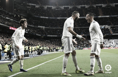 Odriozola observa cómo Benzema y Lucas festejan un gol I Foto: LaLiga