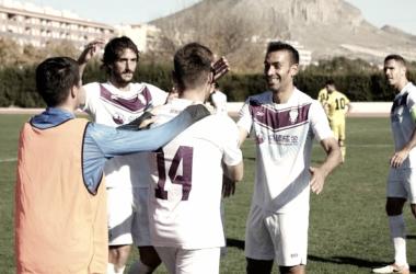 Tti, de espalda en la imagen, es felicitado por sus compañeros tras marcar uno de los goles del encuentro de la primera vuelta | Foto: FC Jumilla