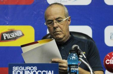 Jorge Célico presentando la lista de los nuevos convocados para representar a Ecuador en estas últimas fechas de Eliminatorias. Foto: Federación Ecuatoriana de Fútbol.
