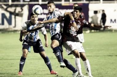 Céliz no puede llevarse la pelota (Foto: Diario El Tribuno)