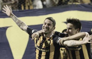 Fernández colocó el segundo gol de Central y lo festeja con Cervi. Foto: Univisión.