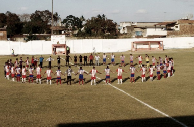 Minuto de silêncio antes da partida entre Centro Limoeirense e Afogados da Ingazeira, no Estádio José Vareda (Foto: Luís Francisco Prates/VAVEL Brasil)