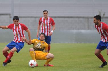 Guille Donoso pelea por conseguir el esférico ante tres rivales.  Foto: Pedro Puig (DXT Campeón)