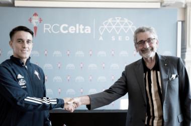 Franco Cervi y el presidente céltico, Carlos Mouriño, estrechan manos tras firmar los contratos | Imagen: RC Celta