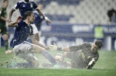 Agua levantándose del césped en un lance de juego | Imagen: Real Oviedo