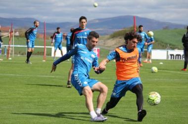 Iñaki y Guichón disputan un balón en un entrenamiento | Fotografía: Deportivo Alavés