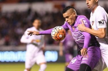 Jonathan Álvez protege el balón ante Lucas de Lima. Foto: Carlos Granja