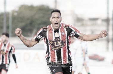 Luciano Nieto celebrando el primer gol de Chacarita en el partido.