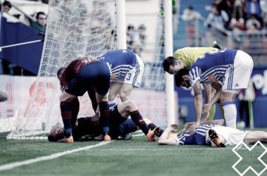 Charles se duele en el suelo tras el golpe.   FOTO: SD Eibar
