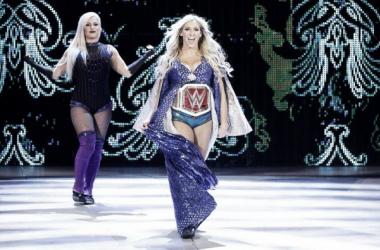 Charlotte entrando al ring. Foto vía WWE.com