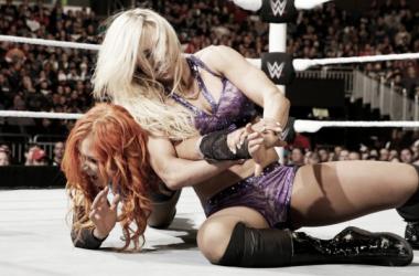 Charlotte y Lynch durante un combate en SmackDown   Fuente: WWE