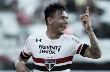 Chávez marca duas vezes, Dênis pega pênalti e São Paulo bate Santa Cruz no Arruda