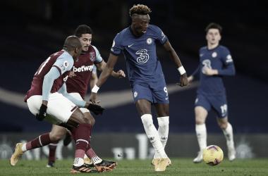 Com gols de Abraham em dois minutos, Chelsea não convence, mas bate West Ham em casa